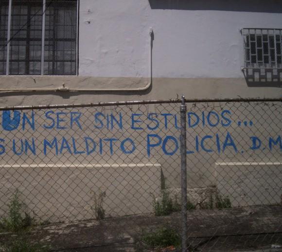 """""""Un être sans études est un putain de policier"""". Anonyme, Faculté de Médecine, Université des Andes, Mérida, 2007."""