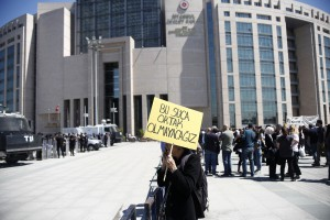 """Le 22 Avril 2016 devant le Palais de justice, les manifestants qui sont venus nombreux de partout en Turquie et dans le monde sont encerclés par les forces de sécurité. """"Nous ne seront pas complices de crime !"""""""