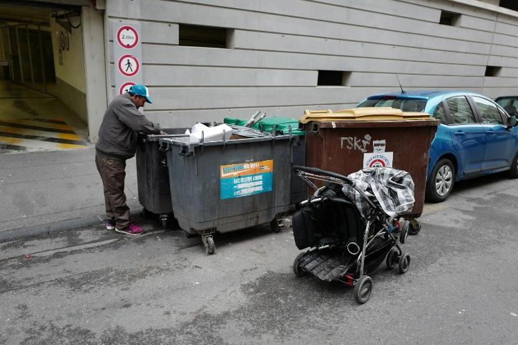 Marseille, récupérateur informel avec une poussette lui servant de moyen de travail. Cliché Pascal Garret, 2016