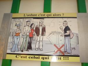 """""""L'ordure c'est qui alors ? C'est celui qui salit !"""", slogan pour une campagne Hysacam de sensibilisation au respect du travail des éboueurs, Yaoundé, http://www.memoireonline.com/06/09/2192/m_Limpact-du-message-de-peur-sur-les-comportements-des-femmes-de-15--55-ans-de-la-ville-de-Yaounde8.html , consulté le 17 juillet 2016"""