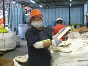 Buenos Aires, Travailleuse et membre de la Coopérative El Alamo, triant le papier. Cliché C. Cirelli, novembre 2015