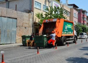 Yunus, récupérateur, aide un éboueur; en échange celui-ci le laisse collecter les cartons. Cliché P. Garret, Istanbul, 2015