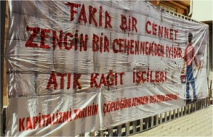 Banderole lors d'une manifestation de récupérateurs à Ankara, 1er mai 2010, « Un paradis pauvre est meilleur qu'un enfer riche. Travailleurs des déchets de papier. Ne jetez pas le capitalisme à la poubelle de l'histoire. Ça ne coûte même pas deux sous », www.facebook.com/groups/7037320971/photos/