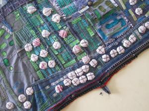 Mapping the Hurt (tissus et objets trouvés), Photo C. Ithurbide, Dharavi 2015