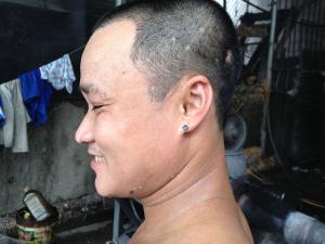 Cet ouvrier est en charge de la manipulation des extrudeuses, un poste pivot, à la fois technique et physique, de la chaîne du recyclage — 19.06.2014