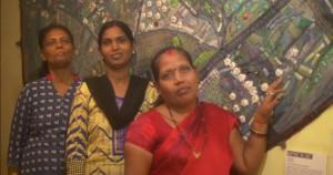 Bharti, Susha et Swavitri devant Mapping the Hurt, Color Box, Dharavi. Photo A. Wadhan, 2016