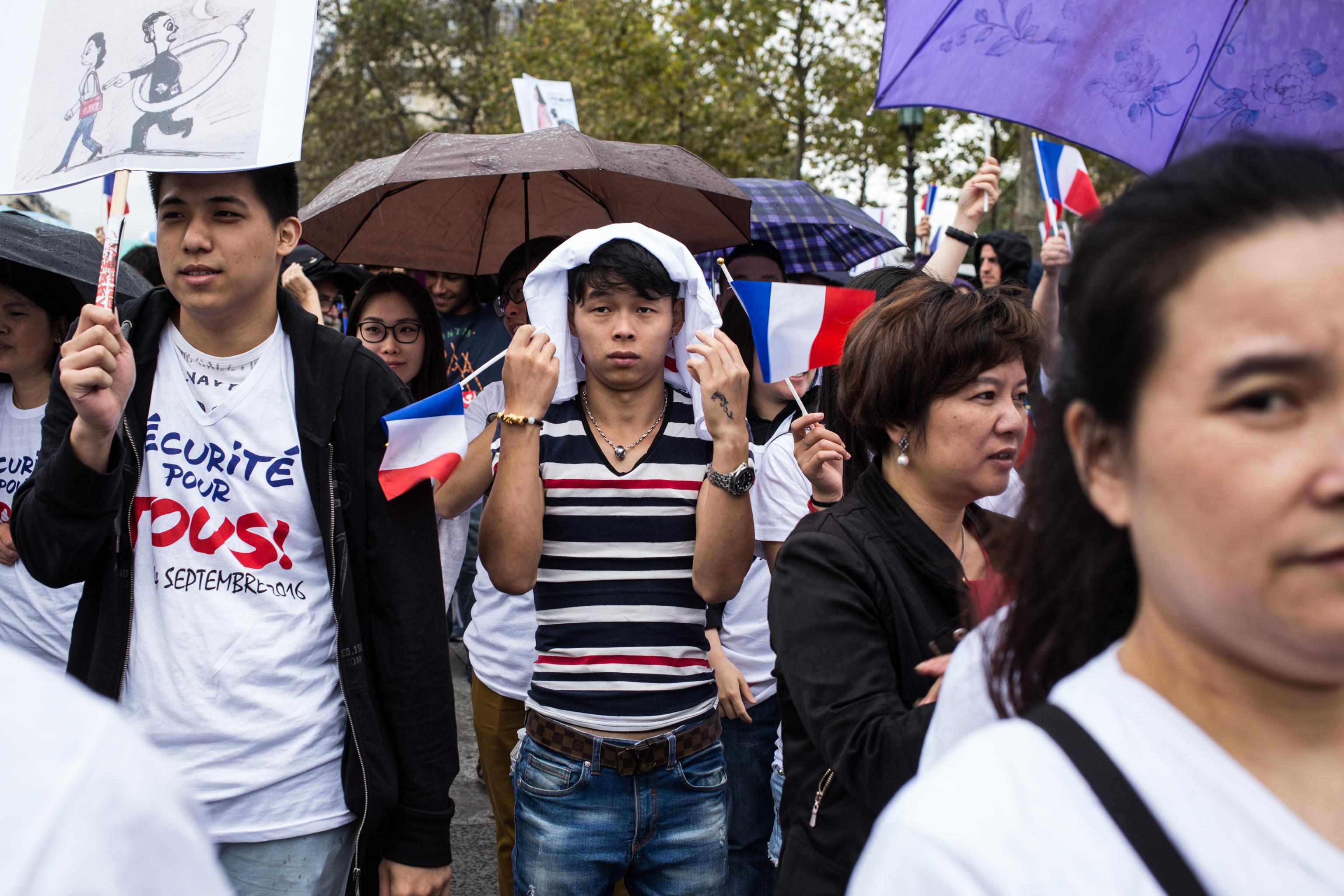 """Manifestation """"Sécurité pour tous"""" organisée par 60 associations des chinois de France, place de la République. La communauté chinoise dénonce le climat d'insécurité persistant qu'elle subie."""